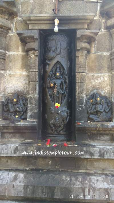 பிரம்மாவும் ,பிரயோக சக்கரத்தில் விஷ்ணுவும் வணங்கியபடி