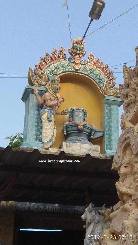 நரசிம்மர் சிவனை பூஜைசெயும் புடைப்பு சிற்பம்